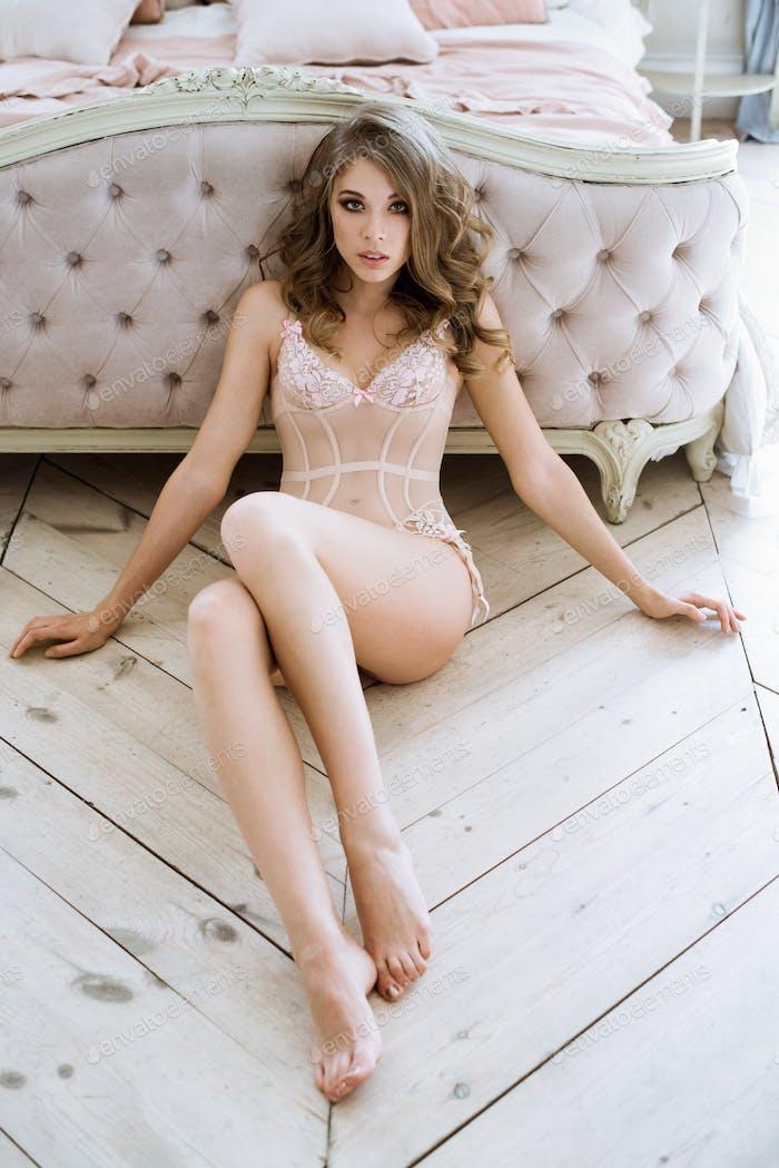 schön sexy lady in rosa Höschen und BH