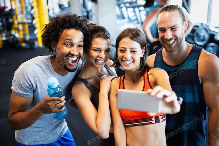 Sport, Teamwork, Einheit, Fitnessstudio, Teambuilding, Motivation, aktives Lebenskonzept