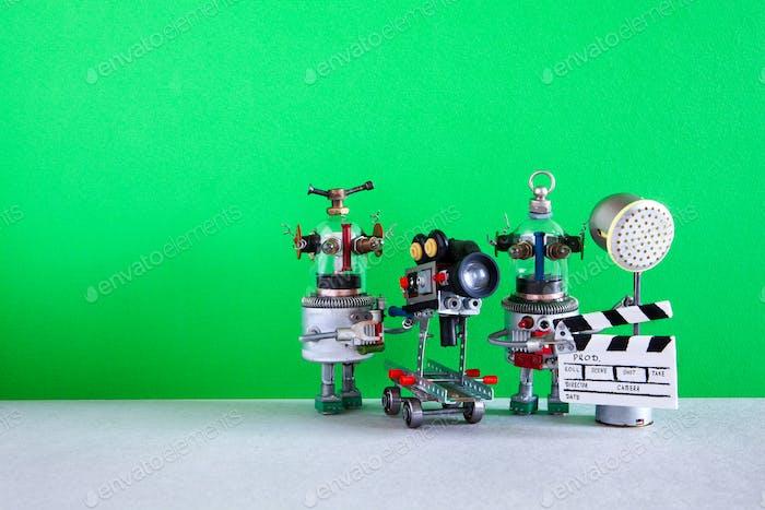 Lustige Roboter Kameramann Clapperboard Spotlight Assistent schießt Film