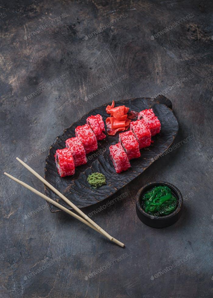 California Roll auf Holzbrett Sushi-Menü. Japanisches Essen. Asiatisches Essen