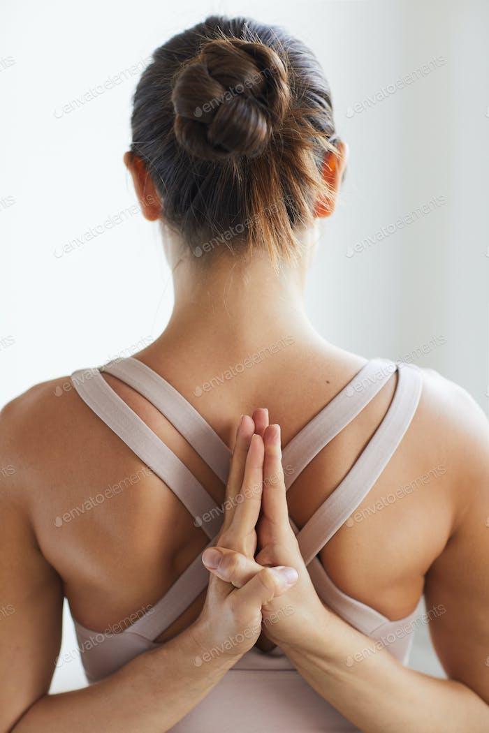 Mujer flexible meditando