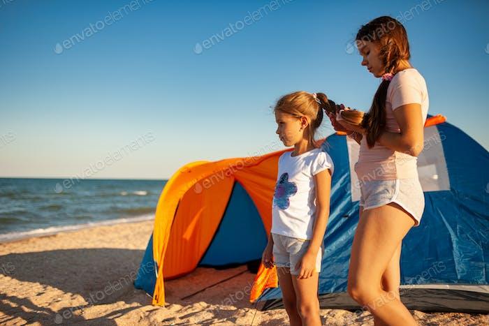 Pflege für Angehörige und jüngere Menschen am verlassenen Ufer des schönen Meeres