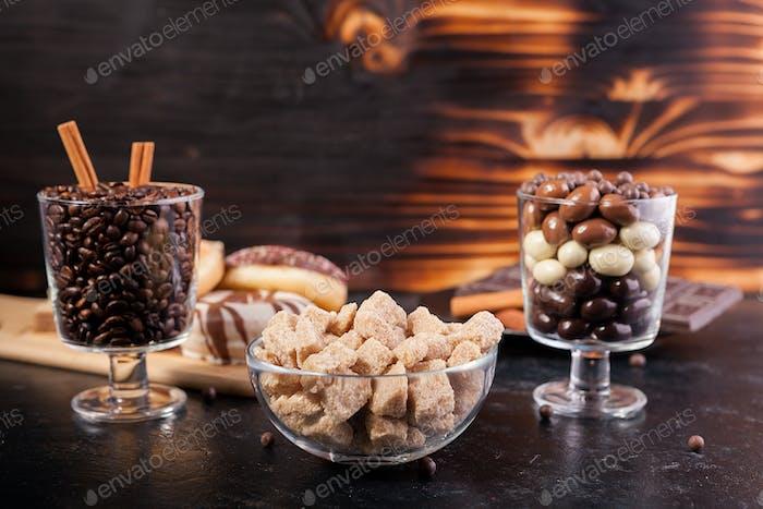 Bonbons, brauner Zucker, Donuts und Kaffee