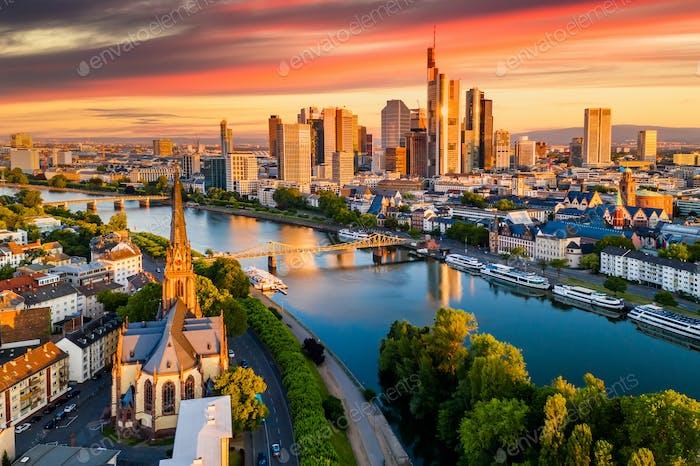 Frankfurt am Main. Stadtbild von Frankfurt am Main bei Sonnenuntergang.