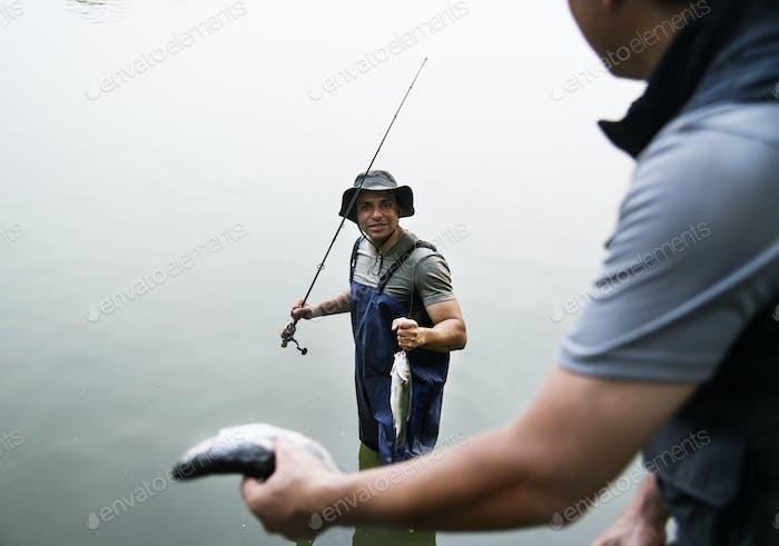 Männer Angeln am See
