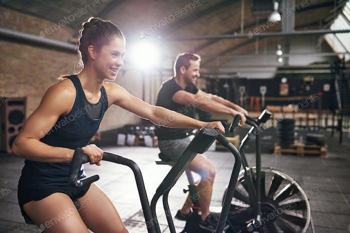 Zwei Personen, die auf Radmaschinen trainieren