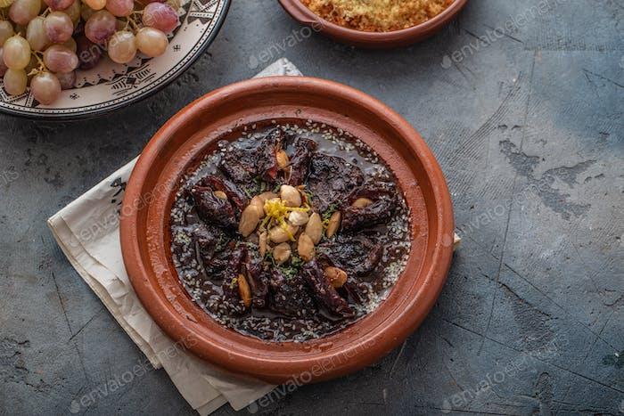 Langsam gekochtes Rindfleisch Tajine mit Datteln, Rosinen und Mandeln - marokkanische Küche, Kopierraum