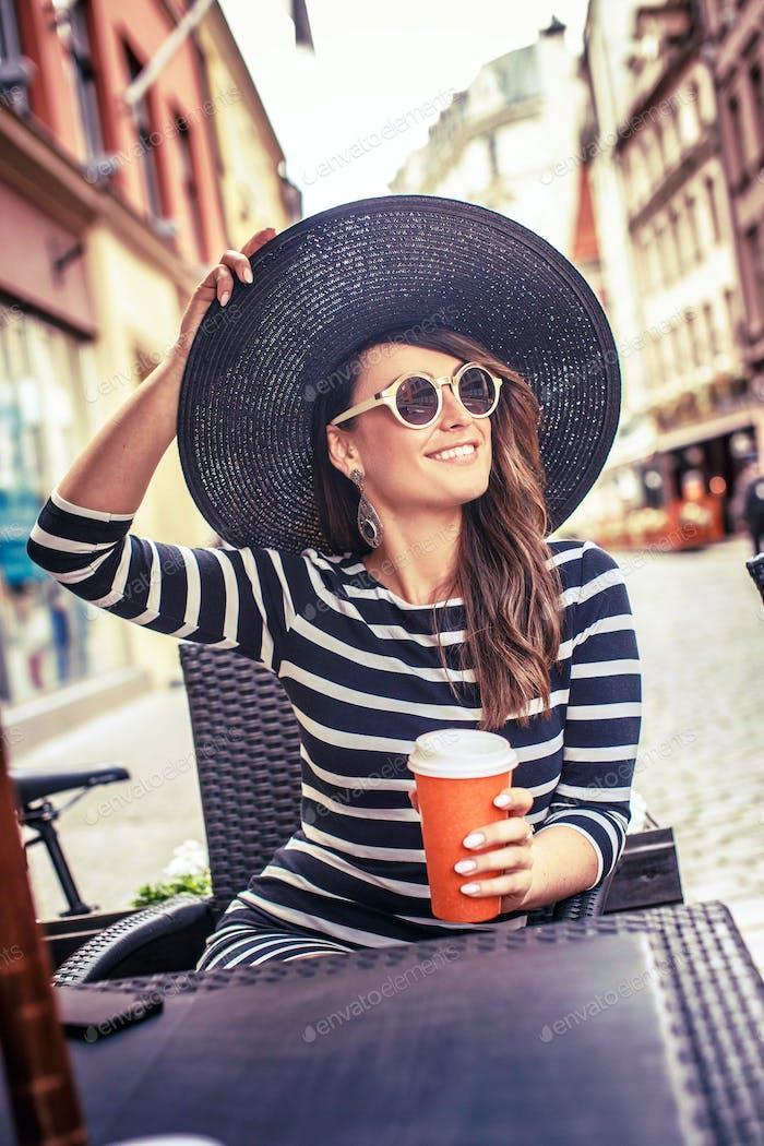 Красивая женщина в летней шляпе и солнцезащитных очках