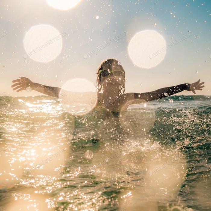 Verschwommene Bewegung Silhouette des Kindes im Meer