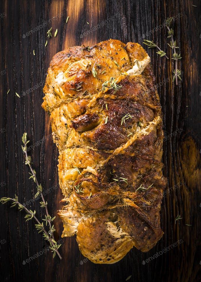 Carne de cerdo al horno. Vista superior en blac