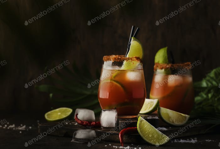 Cocktail mit Bier, Limettensaft, Tomatensaft, scharfe Soße