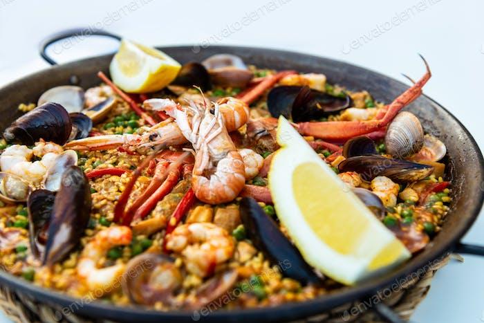 Meeresfrüchte Paella in der Pfanne