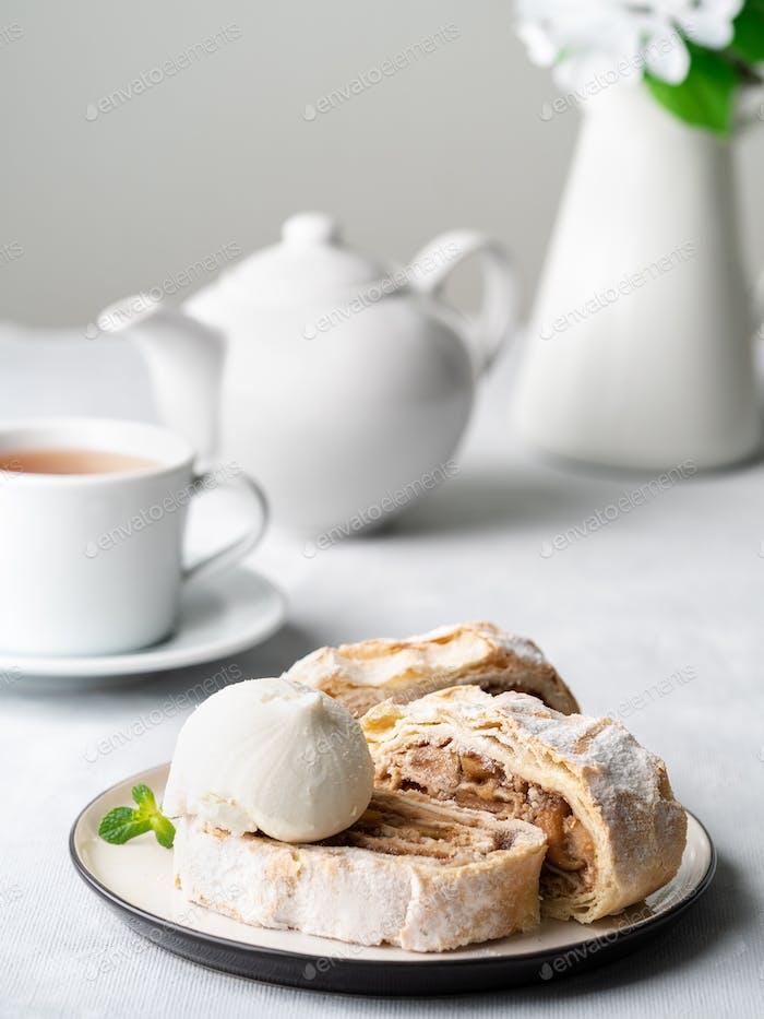 Apfelstrudel mit Eis und Zimt. Gebackener Kuchen und Tee, leckeres Dessert