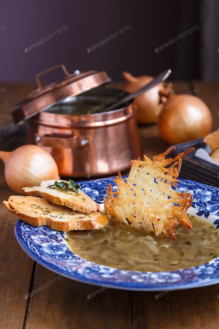 Zwiebelsuppe mit Käse Crouton in einem Teller