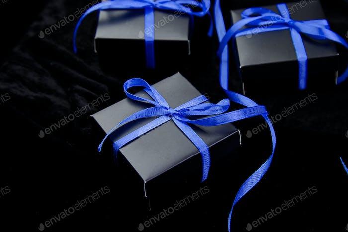 Luxuriöse schwarze Geschenkboxen mit blauem Band