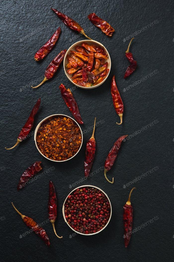 Getrocknete rote Chili-Pfeffer und zerdrückte rote Paprika in Schüssel
