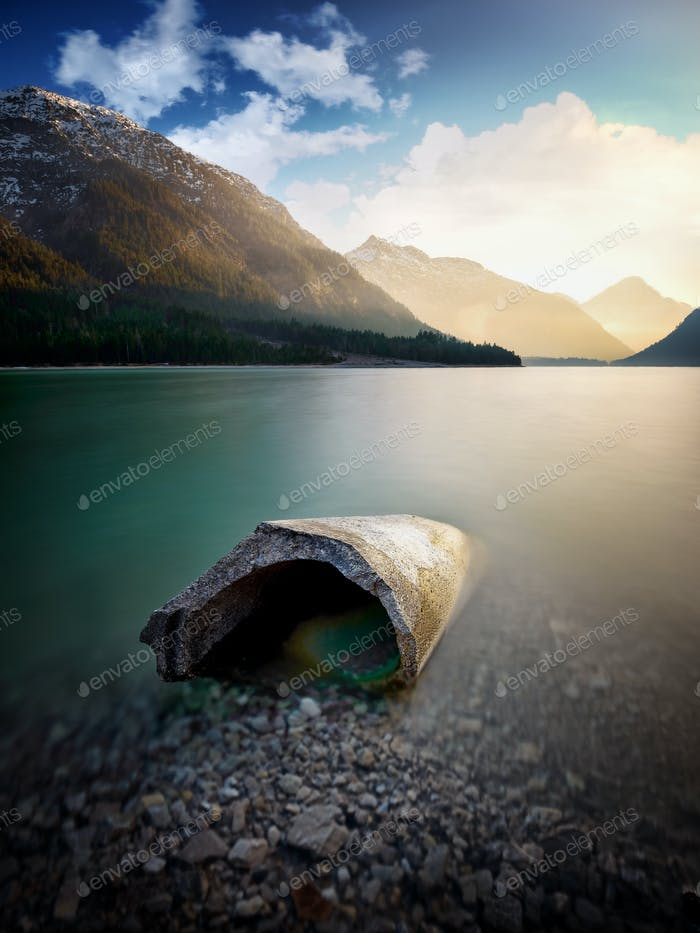 Landschaft von Plansee und Alpen. Betonblock im See, Tirol, Österreich