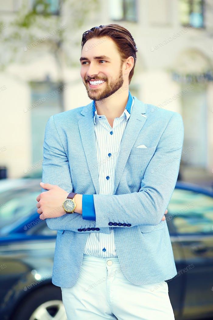 Молодой стильный уверенный счастливый красивый бизнесмен модель в костюме ткани образ жизни на улице