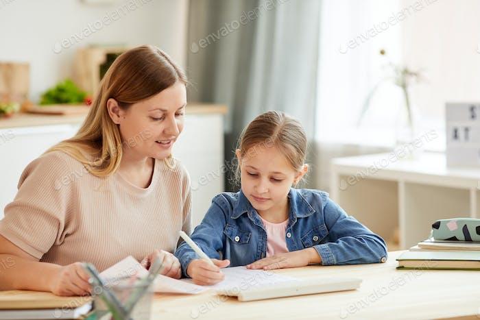 Mutter und Tochter Studieren zu Hause