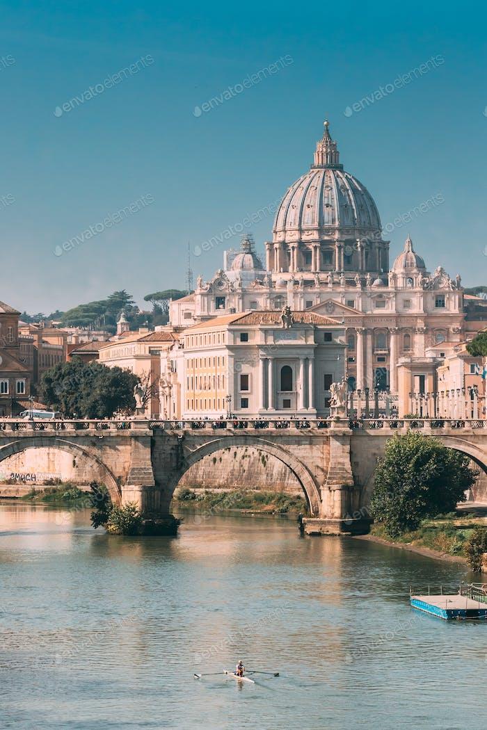 Rom, Italien. Mann Training auf Kajak in der Nähe von Aelian Brücke. Päpstliche Basilika des Heiligen Petrus im Vatikan