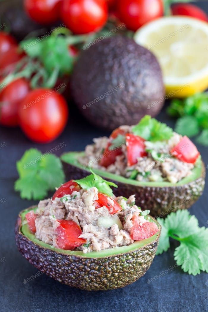 Salad with tuna, avocado, tomatos, coriander and lemon juice ser