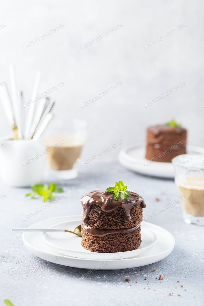 Schokoladenkuchen mit Schokoladenganash und Minze