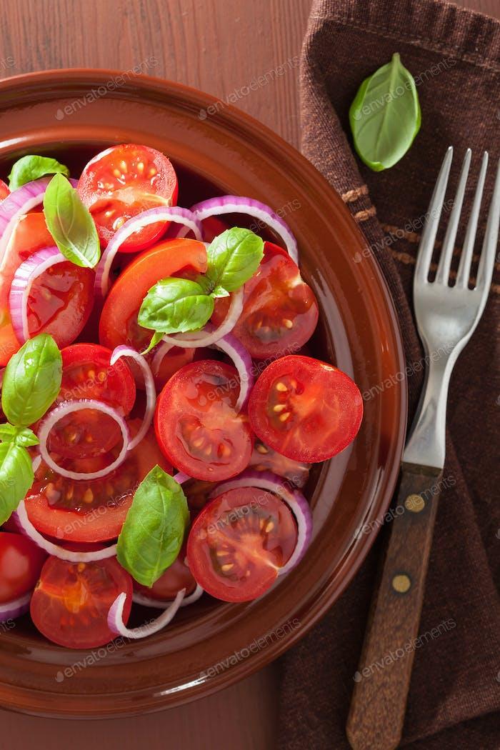 gesunder Tomatensalat mit Zwiebel Basilikum Olivenöl und Balsamico Vin