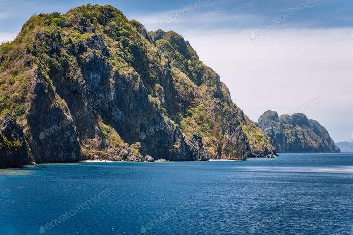 Kalkstein Karst Berge von Matinloc Island. El Nido, Palawan, Philippinen