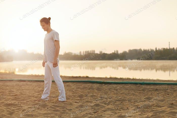 Joven intérprete de capoeira descansando después del entrenamiento