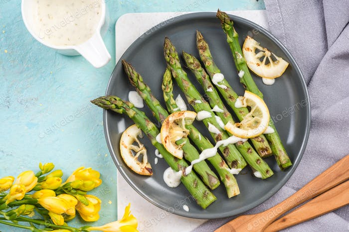 Healthy grilled asparagus with lemon