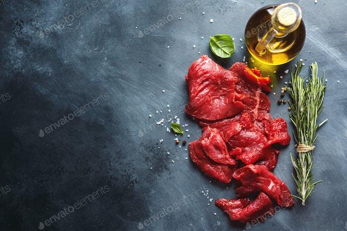 Dünne Rinderscheiben mit Zutaten zum Kochen