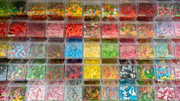 Variedad de caramelos coloridos exhibidos en Sweet Store