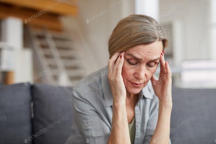Reife Frau leiden unter Kopfschmerzen