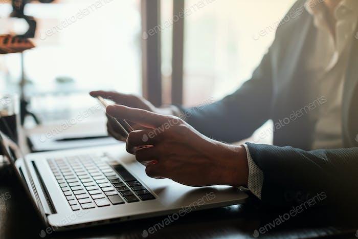 Freelance Blogger Surfen Telefon drinnen am Arbeitstag