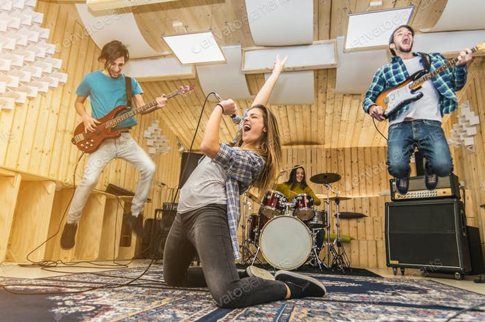Gruppe von Musiker-Aufnahmen im Studio.