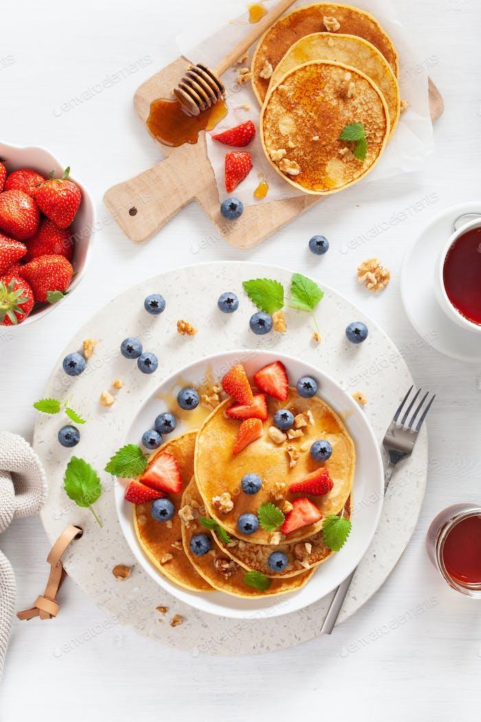 Pfannkuchen mit Heidelbeere Erdbeerhonig und Nüsse zum Frühstück
