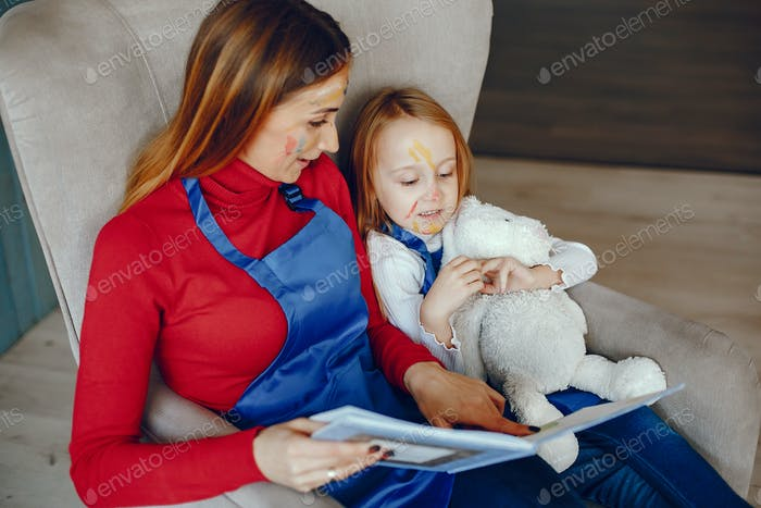 Madre y hija jugando