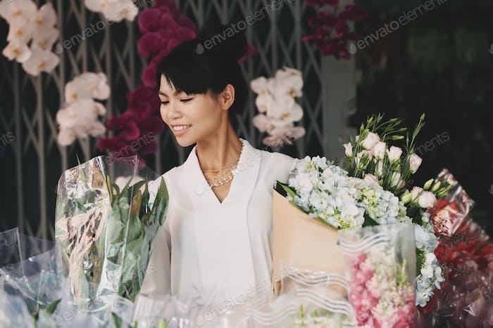 Fröhliche Floristin