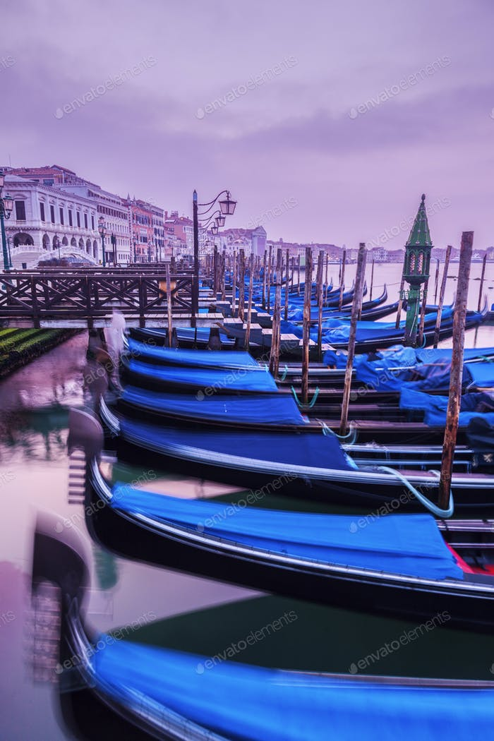 Gondeln in Venedig bei Sonnenaufgang