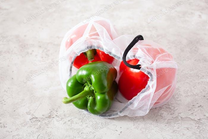 Paprika im wiederverwendbaren Mesh-Nylonbeutel, kunststofffreies Zero Waste Konzept
