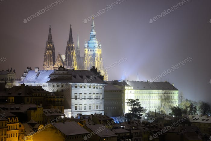 Veitsdom. Schneebedeckte Atmosphäre in der Winternacht. Unesco, Prag, Tschechische Republik