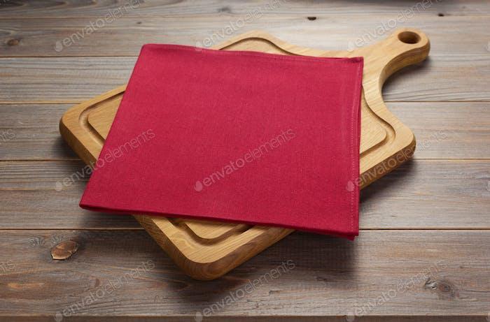 Pizza Schneidebrett am rustikalen Holztisch