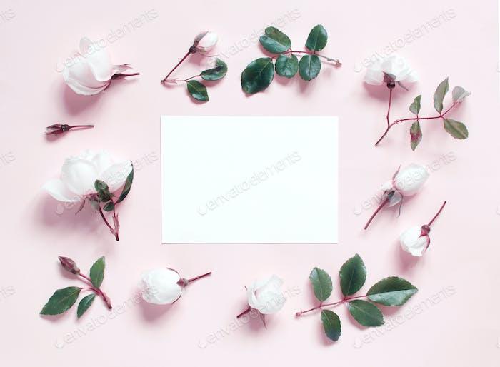 Placeit — Blumen und Papier auf einem hellrosa Hintergrund