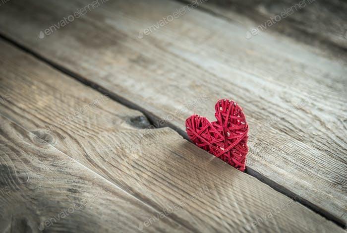 Handgefertigtes Retro-Herz auf dem Holzhintergrund