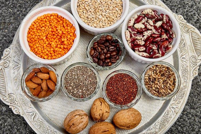 Bohnen und Nüsse Auswahl in Schüsseln. Gesunde Ernährung