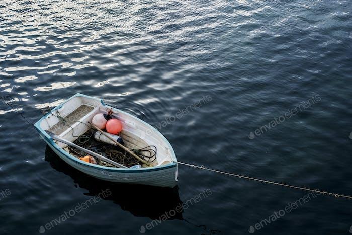 Blick auf ein kleines festgemachtes Fischerboot.