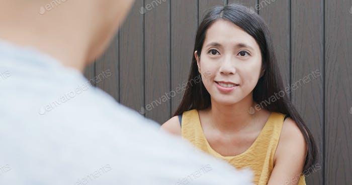 Frau spricht mit Freunden