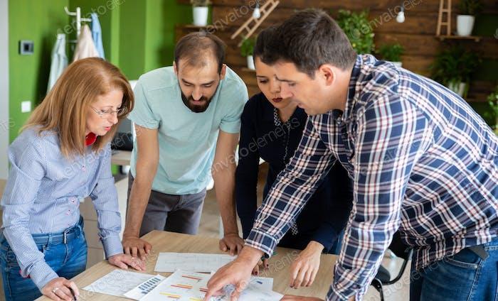 Geschäftsleute in gemütlichem Büro sprechen von neuen Projekt