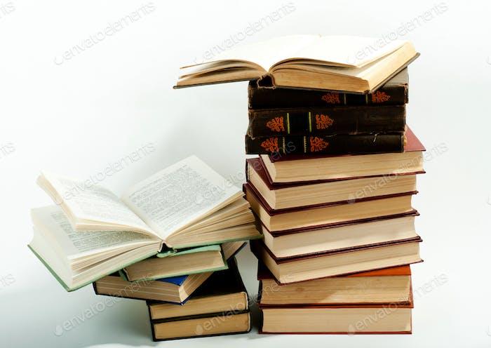 Hohe Bücher stapeln
