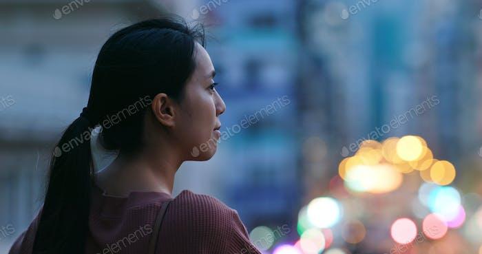 Frau schauen sich in der Stadt in der Nacht um